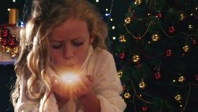 Fée mignonne de fille soufflant le scintillement magique la nuit Noël banque de vidéos