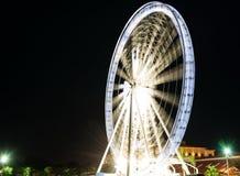 Féerique roulez dedans un parc d'attractions pendant la nuit Photographie stock