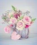 Félicitation avec fleurs images stock