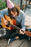 Félicitation de garçon de guitare de chanson de joyeux anniversaire image libre de droits