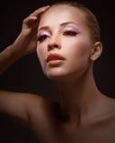 féminité Jeune femme sensuelle avec la main augmentée Photographie stock