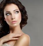 féminité Le visage de la femme toilettée avec le maquillage naturel Beauté pure Photos stock