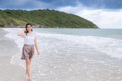 Férias asiáticas bonitas da mulher na praia de Tailândia Fotografia de Stock Royalty Free