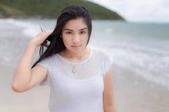 Férias asiáticas bonitas da mulher na praia de Tailândia Fotos de Stock Royalty Free