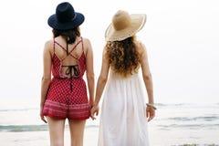 Férias das férias de verão da praia das meninas junto Imagens de Stock