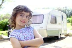 Férias de acampamento da caravana da menina das crianças pequenas foto de stock