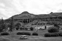 Férias de verão Aldeia da montanha da viagem e do desejo por viajar no céu nebuloso em Sejdisfjordur, Islândia Casas de campo sob imagem de stock