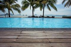 Férias de verão azuis da piscina e plataforma de madeira Imagens de Stock Royalty Free
