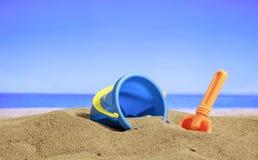 Férias de verão - cubeta em um Sandy Beach Fotografia de Stock