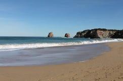 Férias de verão da despesa no Sandy Beach por rochas gêmeas, hendaye, país basque, france Foto de Stock Royalty Free