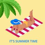 Férias de verão da praia Banho de sol de relaxamento da mulher no oceano branco da areia e da turquesa Menina isométrica do turis ilustração stock