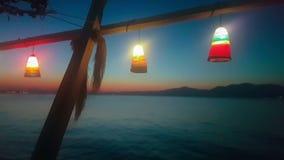 Férias de verão em Kalamos em Grécia Opinião da noite do mar com luzes video estoque