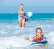 Férias de verão - meninas do surfista. Imagens de Stock