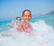 Férias de verão - meninas do surfista. Imagens de Stock Royalty Free