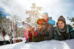 Férias do divertimento do inverno do esqui, da neve, do sol e da família foto de stock royalty free