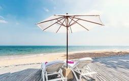 Férias do feriado com verão bonito da praia e cadeiras de plataforma com guarda-chuva imagem de stock royalty free
