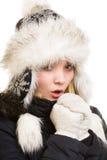Férias do inverno. Menina de congelação que aquece suas mãos. Fotografia de Stock
