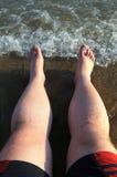 Férias do símbolo no mar. Pés sobre Fotografia de Stock Royalty Free