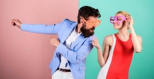 Férias e forma de verão Frienship do homem e da mulher felizes H fotografia de stock