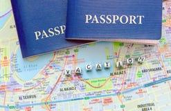 Férias e passaporte da palavra no mapa da cidade foto de stock royalty free