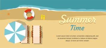 Férias e turismo de verão Sala de estar e guarda-chuva do Chaise na praia Fotos de Stock Royalty Free