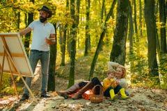 Férias em família felizes no parque do outono O pai tira a imagem na natureza Conceito de família feliz outono que acampa com cri fotos de stock