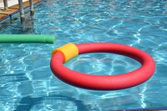 Férias em família na piscina foto de stock royalty free