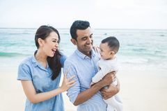 Férias em família pequenas felizes na praia imagens de stock royalty free