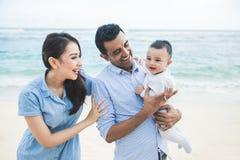 Férias em família pequenas felizes na praia foto de stock royalty free