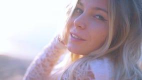 Férias felizes da praia Jovem mulher 'sexy' no banho de sol do biquini no mar Vista sério na câmera 'sexy' slim vídeos de arquivo
