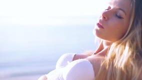 Férias felizes da praia Mulher séria nova 'sexy' no banho de sol do biquini no mar Fim acima Movimento lento filme