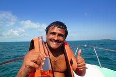 Férias latin latino-americanos do homem que apreciam a cerveja do barco imagem de stock royalty free