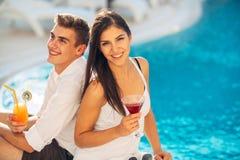 Férias loving da despesa dos pares na piscina tropical do recurso Lua de mel dos recém-casados no beira-mar imagem de stock royalty free