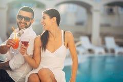 Férias loving da despesa dos pares na piscina tropical do recurso Lua de mel dos recém-casados no beira-mar fotografia de stock royalty free