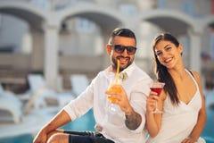 Férias loving da despesa dos pares na piscina tropical do recurso Lua de mel dos recém-casados no beira-mar fotos de stock royalty free