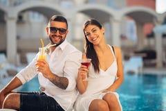 Férias loving da despesa dos pares na piscina tropical do recurso Lua de mel dos recém-casados no beira-mar Pares no amor verdade imagem de stock royalty free