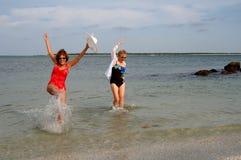 Férias maduras da praia das mulheres Fotografia de Stock