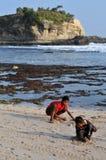 Férias na praia de Klayar, Pacitan Imagem de Stock Royalty Free