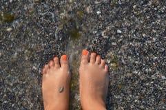 Férias pela praia da caminhada do mar imagens de stock