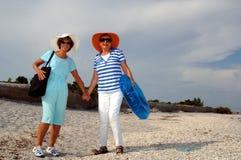 Férias sênior da praia dos amigos fotos de stock royalty free