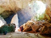 4 février 2017, caverne de Saddan, Hpa-an Myanmar - illuminit de moines Images stock