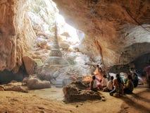 4 février 2017, caverne de Saddan, Hpa-an Myanmar - personnes de prière i Photographie stock