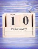 10 février Date du 10 février sur le calendrier en bois de cube Photographie stock