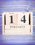 14 février Date du 14 février sur le calendrier en bois de cube Image stock