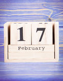 17 février Date du 17 février sur le calendrier en bois de cube Photographie stock