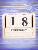 18 février Date du 18 février sur le calendrier en bois de cube Images libres de droits