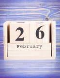 26 février Date du 26 février sur le calendrier en bois de cube Photo stock
