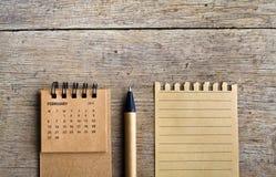 février Feuille de calendrier sur le fond en bois Photos stock