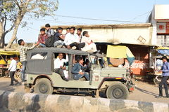 28 février 2017, jeep serrée de banlieusard, Mahwa, Inde Photographie stock