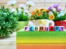 février Lettres colorées de cube sur le bloc collant de note photo libre de droits